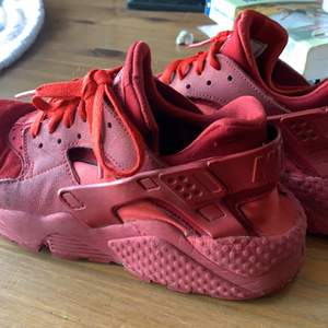 Jättesnygga Nike huarache skor i färgen röd,  säljer på grund av att det inte är min stil längre nypris 1250 köpte från foot locker i Amerika. Står storlek 39 men passar mig som är storlek 37/ 38. dm mig för fler bilder och frågor!