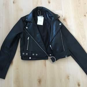 Helt oandvänd svart läderjacka från Bershka! Har fortfarande prislappar kvar! Original pris 400kr. Är i storlek s, köpare står för frakt!