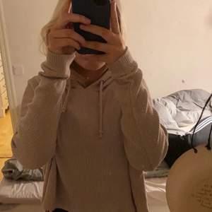 Så najs hoodie från bikbok, ett tunnt och luftigt tröjmaterial med en snygg beige färg🤎