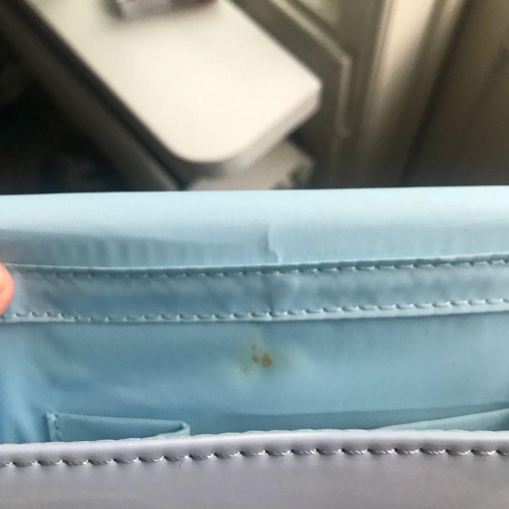 Säljer min underbara ljusblåa balväska som tyvärr bara blev använd en gång! Avtagbar kedja och den har tyvärr ett litet brännmärke på insidan av väskan!. Väskor.