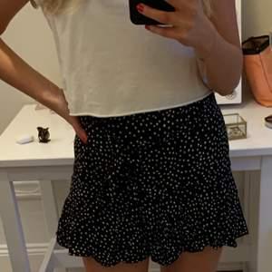 Snygg zara kjol med avtagbart band runt midjan✨ super snygg att ha nu eller i sommar💕 köparen står för frakt