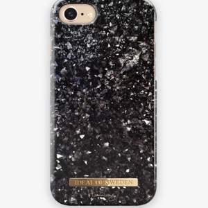 """Säljer detta iPhoneskal """"Diamond Daze"""" som passar modell 7 och 8. Hannalicious kollektion med ideal of sweden. Använt men bra skick! 69kr + frakt🖤"""