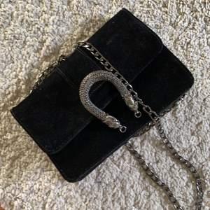 Gucci inspirerad väska från Gina Tricot, har en kedja som kan vikas in för en kortare axelrem💕🌸 Är av ett velvet-material och är super fin till allt💕
