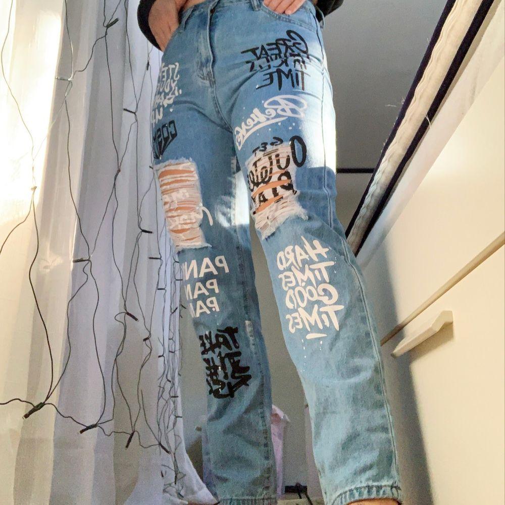 Byxor beställda från SHEIN, bara testade annars aldrig använda! Super bra kvalite för att vara från SHEIN! Är i storlek M, jag har i vanliga fall 36 i byxor och det sitter helt okej på mig, lite små runt rumpan! . Jeans & Byxor.