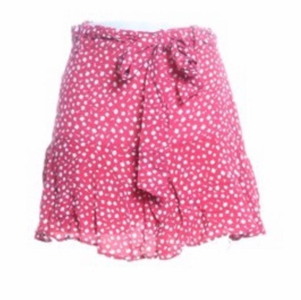 Jättefin oanvänd somrig kjol från Zara! I storlek S men kan passa en xs också, Oanvänd, Endast testad! . Kjolar.