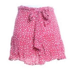 Jättefin oanvänd somrig kjol från Zara! I storlek S men kan passa en xs också, Oanvänd, Endast testad!