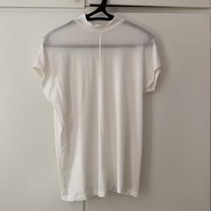 Supermjuk och skönt vit topp från Zara med kort polokrage 💕