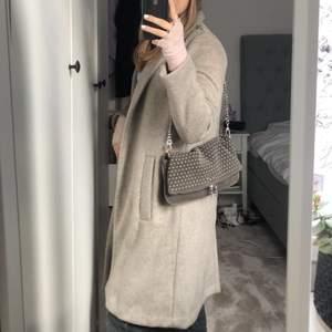 Intressekoll på min beige kappa som jag aldrig använt. Passar perfekt nu till våren och även till hösten.Höj priset med minst 10kr