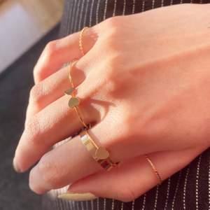 köpte dessa fina ringar i guld imitation! tyvärr är alla för stora 🙂  de är så söta dock, speciellt hjärtanen 🥺🥺 köp 1 för 3kr och alla för 15kr 💀💖 frakt tillkommmer! kontakta vid frågor! 💌