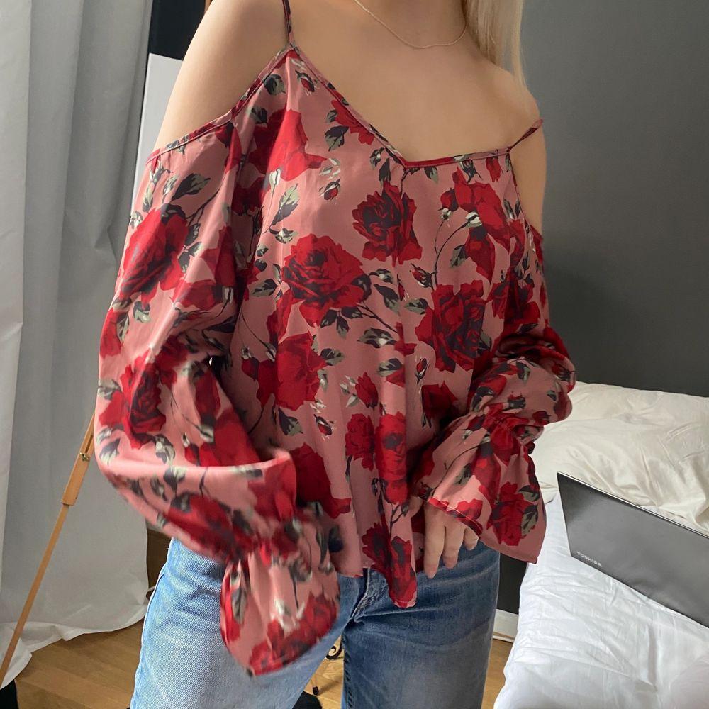 Jättefin rosa blommig blus. Jag har storlek S men blusen är storlek l då jag gillar när det är oversize, så passar typ alla storlekar . Blusar.
