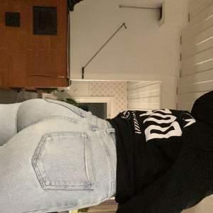 Snygga jeans från Bik Bok som verkligen framhäver och skulpterar rumpa och midja!🤩 Verkligen drömjeans!
