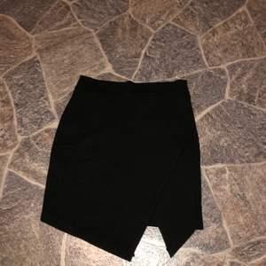 Svart kjol i storlek XS som aldrig använts. Har även en likadan i beige i strl S. 70kr