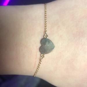Fint guldit armband med ett hjärta på❤️
