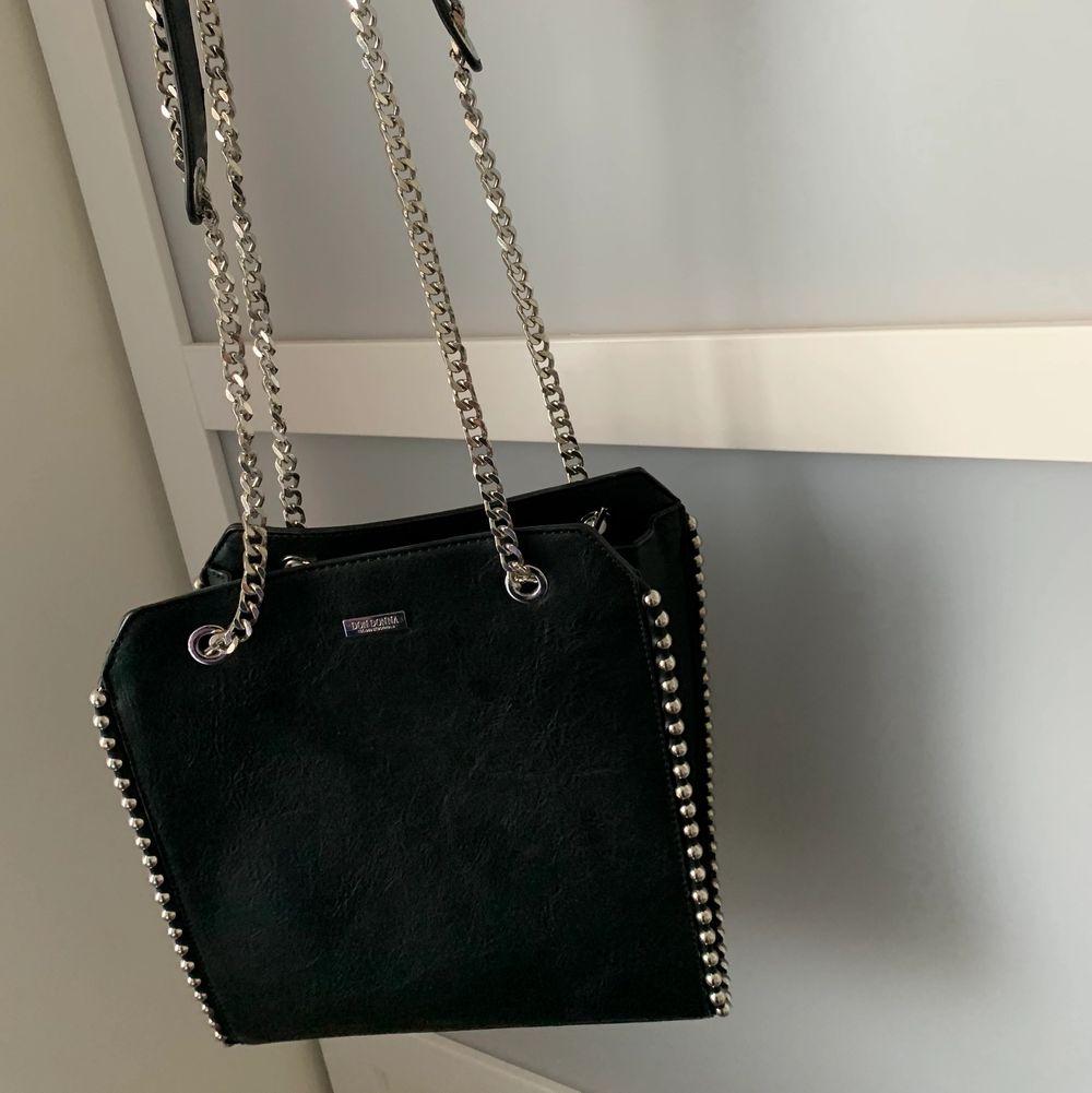 Fin väska ifrån Don Donna. Köpte på butiken accent. Säljer då den inte har kommit till användning. Så i princip en helt ny väska. Längd: 28cm, bredd 26cm💕. Väskor.