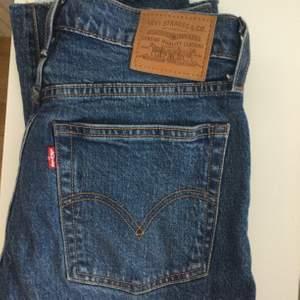 Intressekoll på dessa Levi's jeans, nypris är ca 1199kr. Jeansen i wedgie straight så raka jeans i storlek XS/S med supersnygg & trendig passform. Den exakta storleken är är 26/28. Knappt använda, inga hål eller felaktigheter utan helt felfria. Skriv för info, bilder eller prisförslag. Kan frakta!