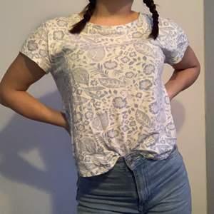 En jätte söt blommig T-shirt , jag som är en xs passar den jätte bra på . 50  kr plus frakt ❤️