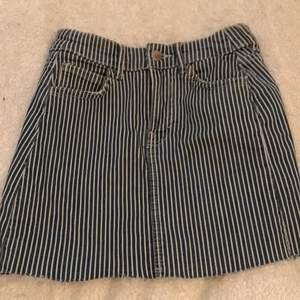 Säljer min sjukt fina jeanskjol från bershka, köpt kjolen på Plick. Säljer så den inte kommer till användning längre tyvärr. Köpte för ungefär 50kr säljer för 25kr. Hör av er om ni är intresserade!❤️