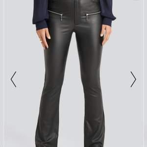 Säljer ett par bootcut jeans i läder storlek 34!