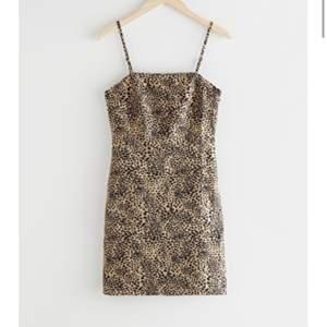 Mönstrad miniklänning från &other stories. Inköpt i sommar, endast använd 2-3 gånger. Bra skick! En mindre storlek 40 skulle jag påstå. ☺️💕
