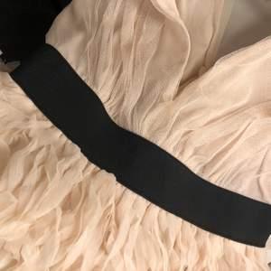 En unik snygg klänning i en ljusrosa/beige ton som är köpt från Hm. Den är i storlek 38 men passar mig som i vanliga fall är 34/36! Endast testad men är köpt från en annan bloppis tidigare! Som ny! Hör av vid intresse!!🤍