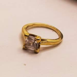 Guldpläterad med Swarovski sten som är genomskinlig! Super fin vet tyvärr inte storlek men den passar smala fingrar. Fler bilder finns. Köparen betalar frakten vill man ha de skickat med rek kostar de 45 kr.