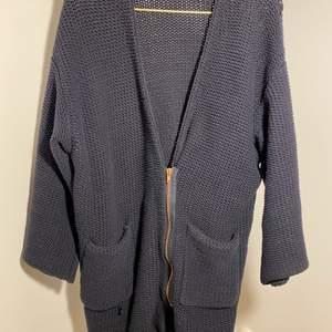 Mörkblå chunky knit zip cardi från Filippa K. Roseguldfärgad dragkedja.