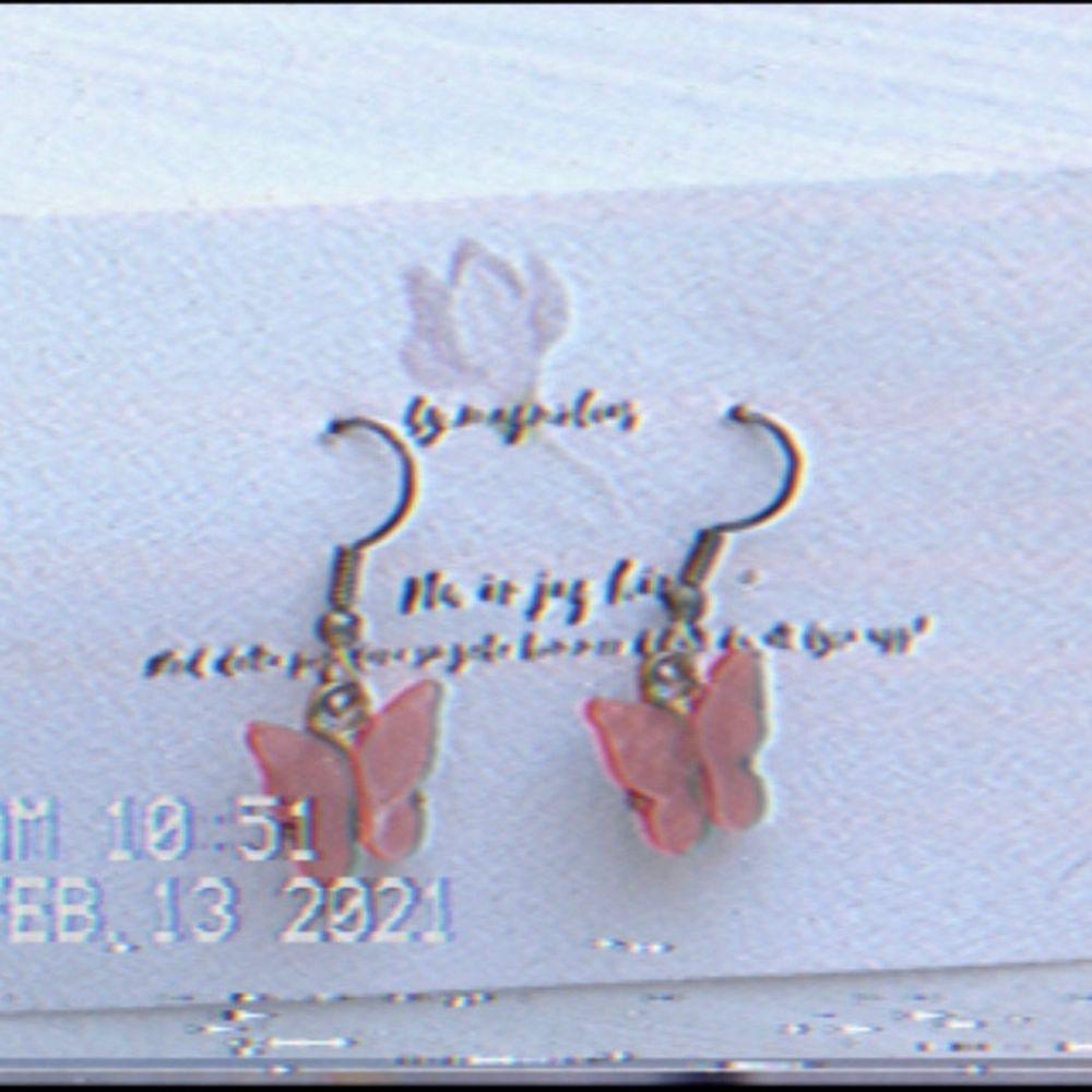 Jag säljer dessa söta fjärils halsband och örhänge just nu, orginal pris är 100kr men kan också budas!✨☁️🧺. Accessoarer.