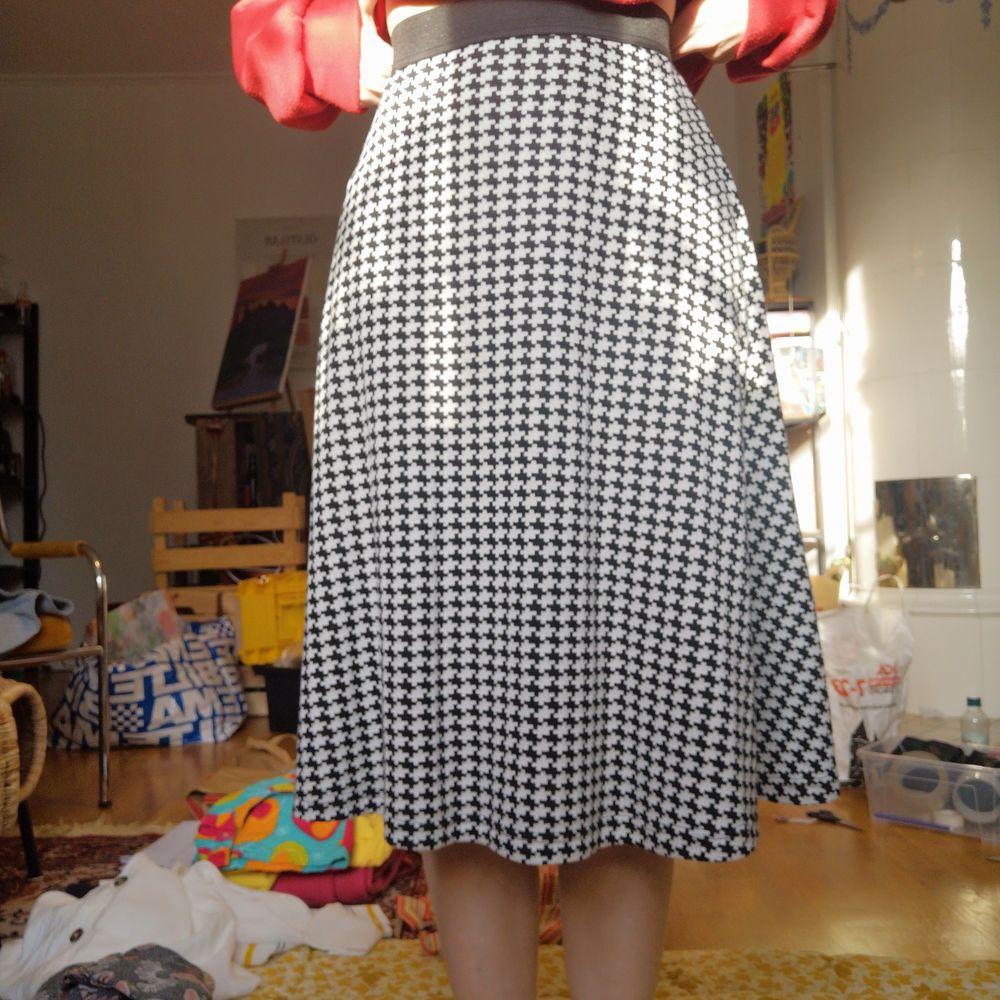 Extremt fin kjol i hundtandsmönster. Nyskick! Storlek 38, stämmer ganska bra. Men passar 36 också, och möjligtvis 40 då den har resår i midjan.. Kjolar.