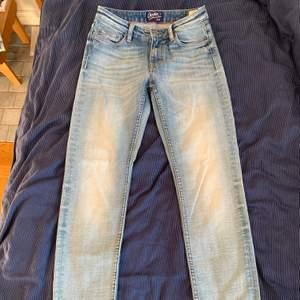 Lågmidjade/midwaist Crocker jeans, bra skick då endast använda en gång, assnygg blekt jeansfärg, säljs pga för små, om fler är intresserade blir de budgivning