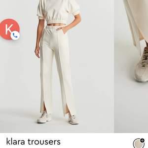 Säljer dessa byxor som kommit till användning en gång. Modellen är lång och sitter då längre ner på mig som är runt 165