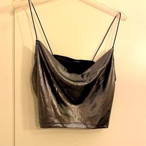 Festligt linne som skimrar. Använt en gång, nyskick. Säljs pga för litet och inte kom till användning. Köparen står för frakt