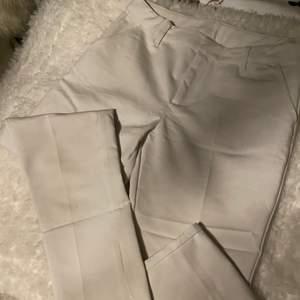Vita kostymbyxor i skönt material. Nyskick:)