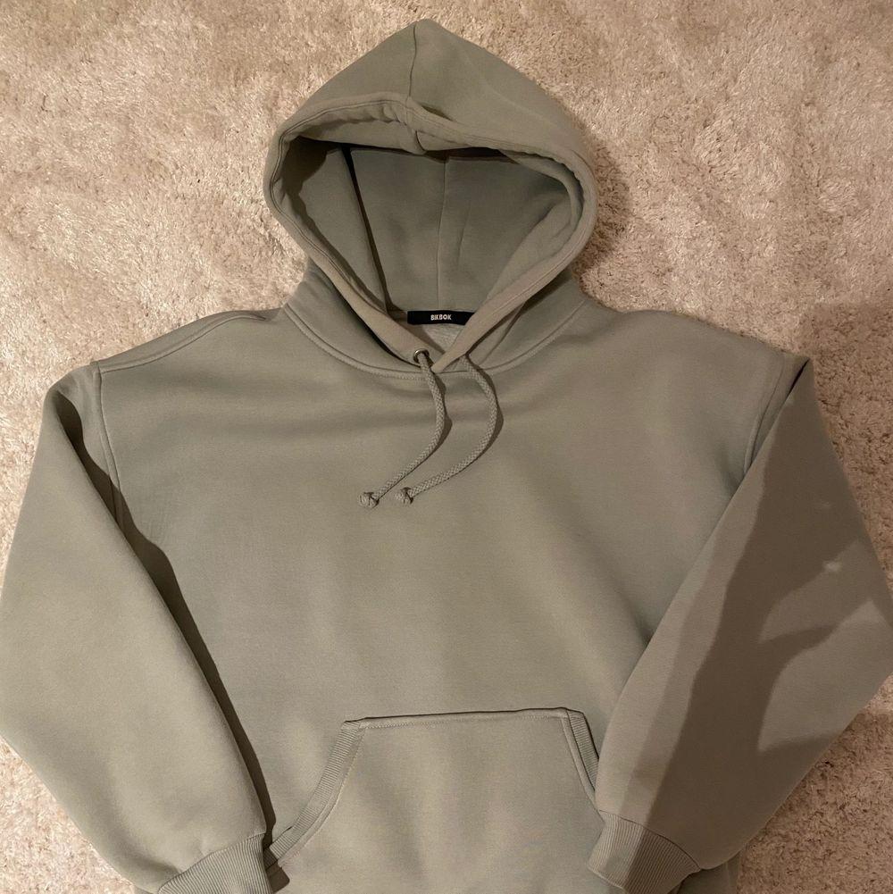 Säljer min mintgröna hoodie som är ifrån Bikbok! Den är i nyskick då jag aldrig använt den! Den är i ett tjockt och mysigt material💕. Huvtröjor & Träningströjor.