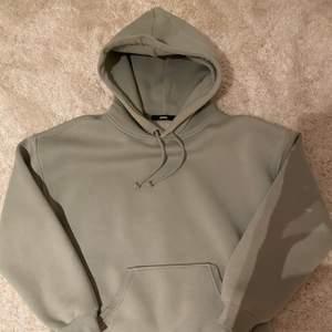 Säljer min mintgröna hoodie som är ifrån Bikbok! Den är i nyskick då jag aldrig använt den! Den är i ett tjockt och mysigt material💕
