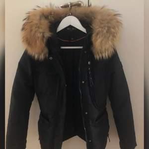 Säljer nu min hollies jacka som jag bara haft en vinter. Mycket fint skick och är precis som ny.
