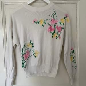 Fin tröja i bra skick! Broderade blommor av hög kvalite. Spårbar frakt med DHL inräknad i priset!