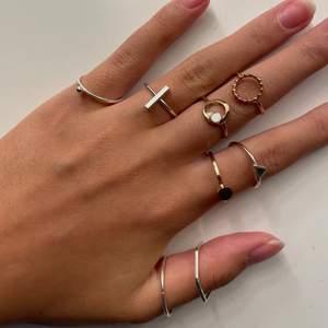 Trendiga ringar💘 Måttet på dessa ringar ligger mellan 17-18mm ungefär. Vissa ringar är mer använda en andra, vissa är nyskick vissa lite mer använda men alla är i bra skick! Ringarna på förstå bilden kostar 30kr/st och dom andra 10kr/st(exklusive frakt). Skriv vid intresse eller frågor!!💓💓💘😚RINGEN MED SVARTA STJÄRNOR, VINGAR RINGEN OCH HJÄRTRINGEN SÅLD