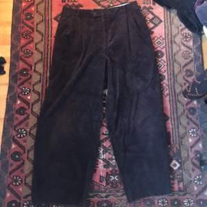 Pösiga bruna manchester byxor i storlek 36:) De är va 87cm från midjan ner. I fint skick. Köparen står för frakten <3