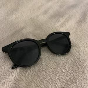 Solglasögon från glitter som inte kommit till så mycket användning då jag inte är en person som använder solglasögon. Inga repor eller liknande.