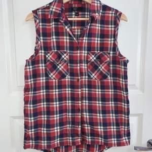 Rutig bomullsskjorta med korta armarna från Red Label. Storlek M. Använd få gånger.