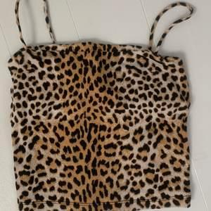 Ett leopardmönstrat linne med spagetti band. Köpt för typ 1,5 år sedan, men har inte använts så mycket. Ny pris 99kr