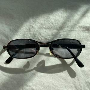 Solglasögon köpa secondhand! Förmodligen från 90-talet! Frakt tillkommer