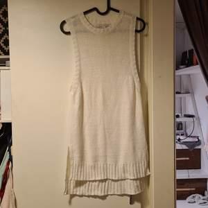 Väst i topp skick från nly, storlek S men passar XS-M. Den är lång ca 77cm fram och ca 85cm bak (båda måtten är mätt från axeln och ned)  västen är sjukt snygg över en overzise skjorta eller som klänning 🙏 bud från 200