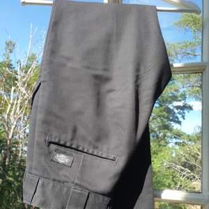 Svarta dickies-byxor köpta från carlings för några år sen som jag nu säljer för att de blivit för små. Bra kvalité för att vara använda, och inte alls noppriga som dickies-byxor kan bli. Raka men hyfsat smala. Möts helst upp I Stockholm. Kontakta vid intresse, mått eller andra frågor :)