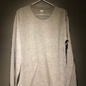 Säljer en långärmad bas tröja i färgen grå, använd max 5 tillfällen och fint skick.
