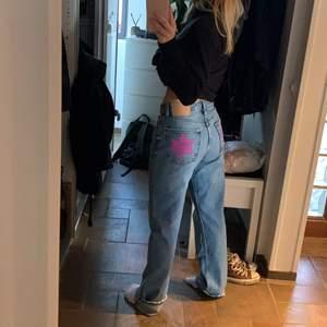 Medelhöga jeans från zara med målade stjärnor på fickorna💗 det är textilfärg! Jag är 160 så därför har jag vikit upp jeansen🥰