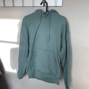 Hoodie från weekday i trendig grön färg och bra kvalite samt fint skick