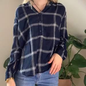 Blå flanell tröja från h&m. Använt en gång så den är som gott som ny. Skönt tunt materia. Frakt= 42kr