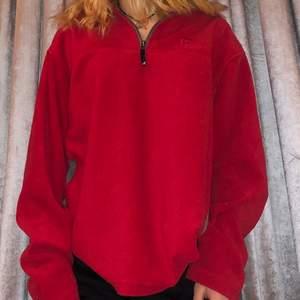 Säljer denna fina vintage tröja i materialet fleece!! Så skön och mysig!!!! Man kan dra upp den hela vägen upp till hakan men jag har den öppen som ni ser! Frakt: 79 kr! Jag kan skicka fler bilder om det önskas❤️