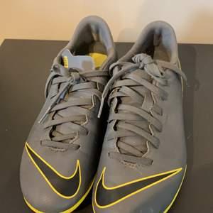 Fotbollsskor junior från Nike i strl 36 :)